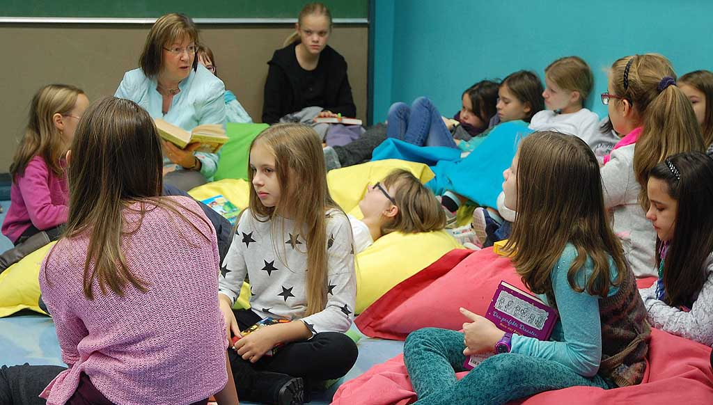 Schulleiterin Ursula Graf las in der Klasse 5b vor.