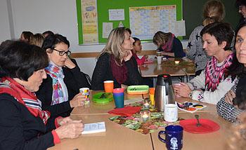 Vorsitzende Hiltrud Kröber (links) informierte in den Klassen.