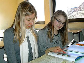 Schüler helfen Schülern - ein Lerntutorenteam bei der Arbeit