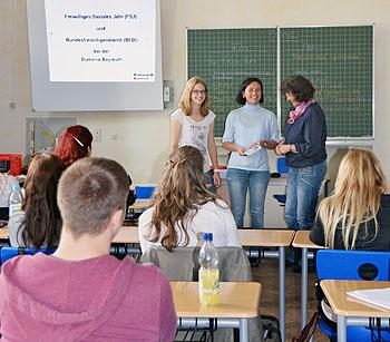 Stefanie Finzel (Mitte) von der Diakonie Bayreuth referierte über FSJ und BFD. Sophie Engelhardt, zu dieser Zeit selbst FSJ-lerin in den Kitas der Diakonie, informierte aus erster Hand über ihre praktischen Erfahrungen und motivierte damit sicherlich die ein oder andere Schülerin zu diesem sozialen Einsatz.
