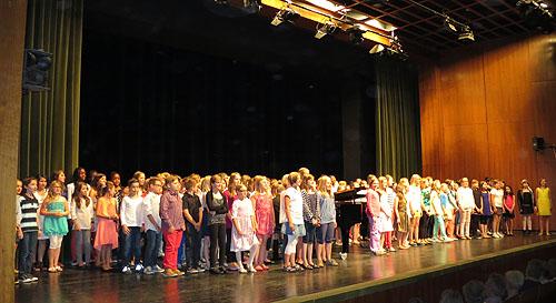 150 Fünftklässer standen für ihren Auftritt auf der Bühne der Stadthalle