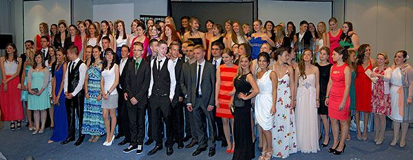 Die Abiturientinnen und Abiturienten 2013 stellten sich für ein letztes gemeinsames Foto auf. Wohin wird  nun der Lebensweg jedes Einzelnen führen?