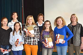 Die Teilnehmer am Vorlesewettbewerb sind stolz auf ihre Preise.