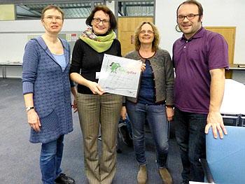 Frau Peters als Projektleiterin überreichte Frau Fröber, Frau Schwind und Herrn Böhner (von links) die Urkunde, welche das RWG als NaWigator-Schule zertifiziert.