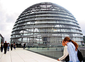 Schüler des RWG am Bundestagsgebäude in Berlin