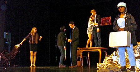Eigentlich ist Stromausfall, doch auf der Bühne ist es hell, denn es wird gerade Licht in das Dunkel der Figuren gebracht.