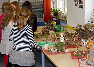 Die Modelle waren von den Schülern liebevoll mit Holz, Moos und Gras gestaltet worden.