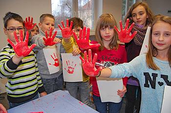 Die blutroten Hände kamen als Stempel auf die Petition.