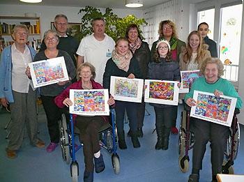 Pflegedienstleiter Gerd Hoffmann (hintere Reihe 2. von links) bedankte sich für die Spende.