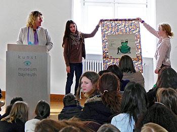 Frau Gerdes (links) lobte die Schüler für die schönen Arbeiten.