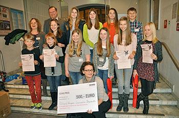 Auch Frau Fröber (vorne Mitte) freute sich über den Scheck als Schulpreis.