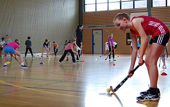 Der Hockeyball ist klein - ihn zu treffen, will geübt sein.