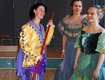 Prächtige Kostüme verliehen bereits den Proben in der Aula Glanz.