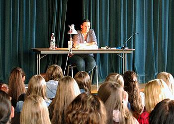 Alle hörten bei der Lesung gespannt zu.