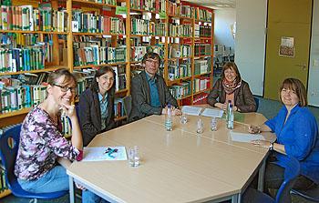 Jörg Weinreich (Mitte) und Schulleiteruin Ursula Graf (2. von rechts) unterzeichneten die Urkunde.