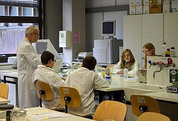 Der Kurs ist im Labor der Uni Bayreuth.