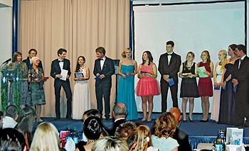 Die Besten mit einem Abischnitt unter 1,5 erhielten einen Buchpreis.