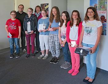 Die Sieger wurden von Schulleiterin Ursula  Graf (4. von links) geehrt.