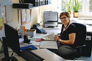 Frau Rost an ihrem neuen Arbeitsplatz im Sekretariat 1.