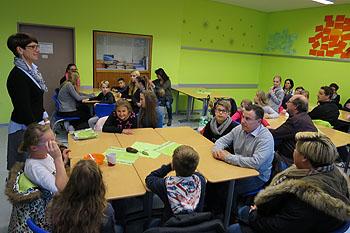 Frau Röber vom Elternbeirat (links) hieß die großen und kleinen Gäste in der Klasse 5b willkommen.
