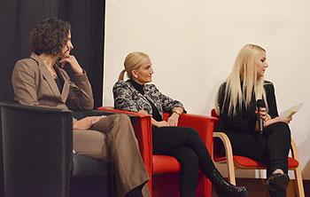 Prof. Dr Susanne Rettlbach, Gülcin Sahin und Moderatorin Sophia Schwab.