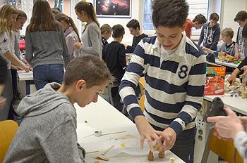 Wie konstruiert man ein Gummibärchenkatapult?