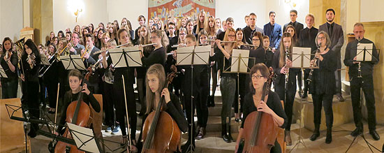 """Alle Mitwirkenden und die Zuhörer sangen """"Oh di fröhliche...""""."""