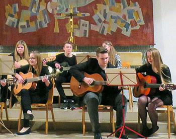 Das Gitarrenensemble leitet Maja Popp aus der Q11.