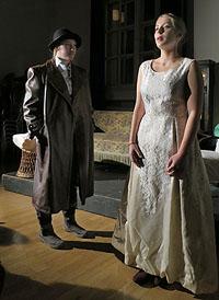 Sherloch Holmes entgeht der Fängen von Madame Adler - doch nur knapp.