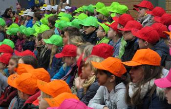 Nach Mützenfarbe geordnet warteten die Kinder auf ihren Erkundugsgang durch die Schule.