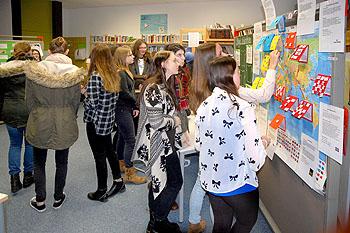 Die Ausstellung untersuchte, wo die Billigkleidung produziert wird.