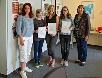 Für die Teilnehmer gab es Urkunden aus den Händen der Schulleiterin Ursula Graf (rechts).