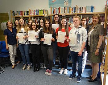 Schulleiterin Ursula Graf (rechts) verteilte die Zertifikate.