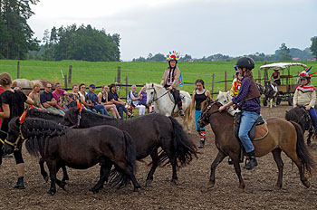 Die Reiter hatten sich als Indianer und Cowboys verkleidet.