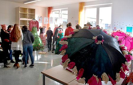 Der Kunstsaal wurde in ein Modeatelier verwandelt.